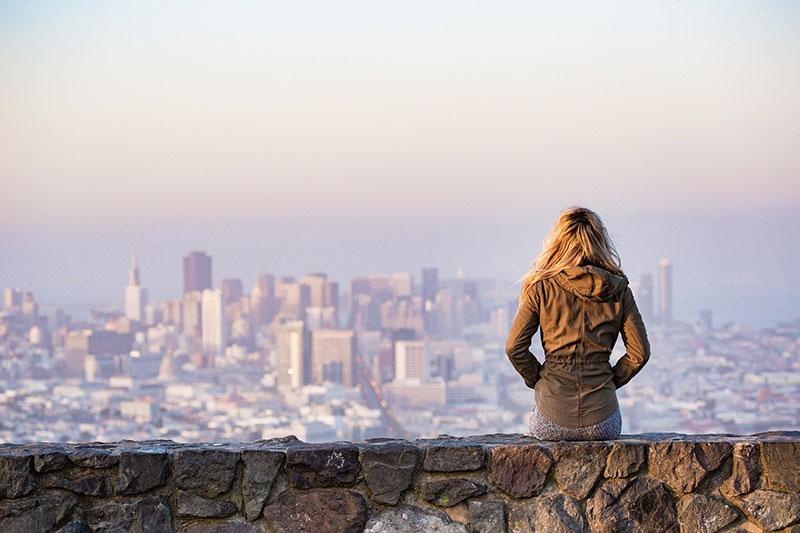 Une femme contemplant la ville