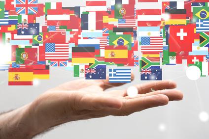Eine Reihe von Flags, die die übersetzten Sprachen darstellen